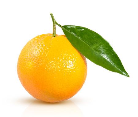 naranjas: naranja madura con una hoja verde sobre un fondo blanco