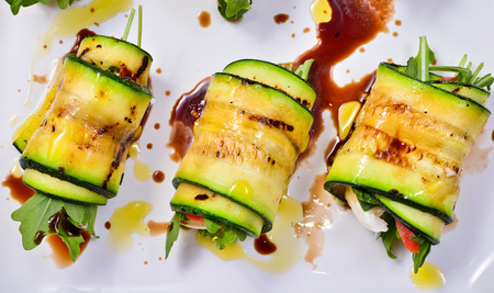 grilled zucchini with tomato, arugula and mozzarella cheese, drizzled with olive oil and balsamic vinegar 版權商用圖片 - 30185861