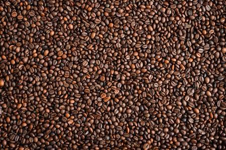 cuchara: Mezcla de diferentes tipos de granos de café. Fondo del café