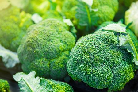 comida: Grupo de cabeças de brócolis em bandejas no supermercado, saúde, dieta, vegetal, vegetariano, vegan closeup conceito e foco seletivo Imagens