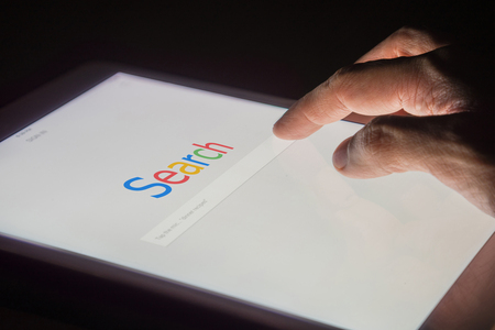Search on internet search engine web on smart phone or tablet concept with night background Imagens