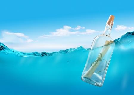 linea de flotaci�n: Botella con un mensaje Foto de archivo