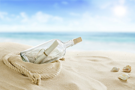 해변에서 병 스톡 콘텐츠