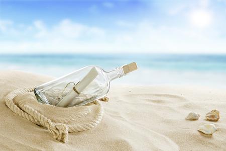 Flasche auf dem Strand Standard-Bild - 27163797