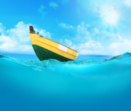 mare agitato: Barca a remi sul mare.