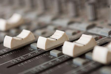 Großansicht von einer Audio-Mixer-Konsole in einem Tonstudio