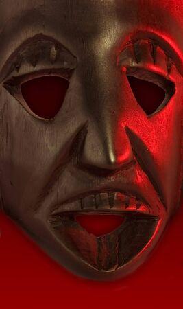maschera tribale: legno vecchio afirikan tribali maschera a sfondo rosso