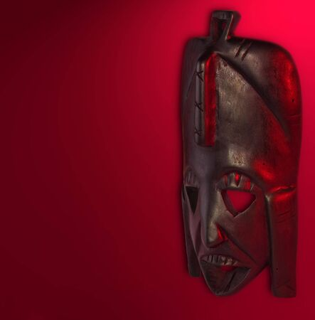 maschera tribale: vecchia mascherina tribale afirikan di legno su priorit� bassa rossa