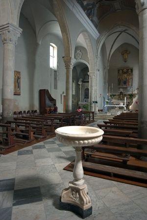 interior de una antigua iglesia en Italia; Manarola - Cinque Terre