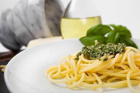 Spaghetti al pesto (a tipical italian sauce with basil, parmesan) 免版税图像