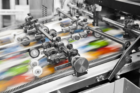 impresora: Primer plano de una máquina de impresión offset durante la producción Foto de archivo