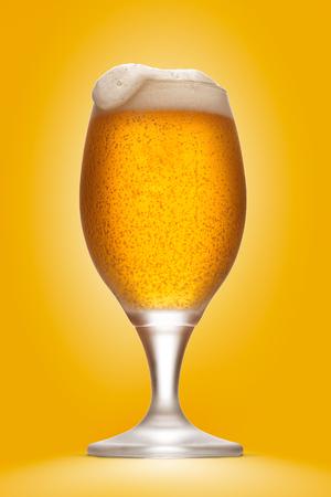 copo de cerveja isolado com espuma