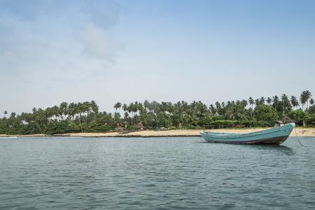 principe: barco de pesca africana en la isla tropical de Santo Tomé