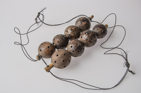 Strumento handmade africano, sonaglio isolato su sfondo bianco