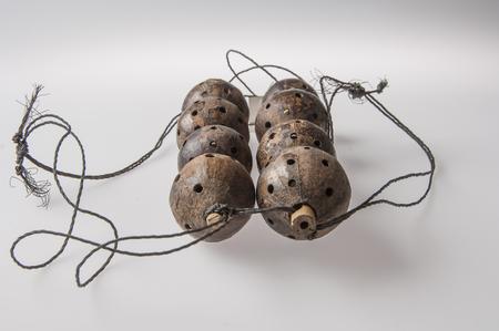zimbabwe: Instrumento hecho a mano africana, sonajero aislado en el fondo blanco