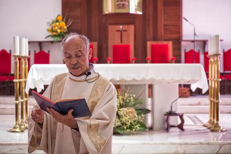 robo: AMADORA  PORTUGAL - 29 AGO  15 - Padre en la iglesia local