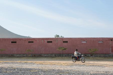 motorizado: African man riding a motorcycle