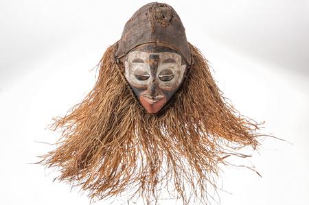 Fait à la main masque africain avec des cordes simulant les pouces humaines . visage isolé sur fond blanc. Banque d'images - 82164962