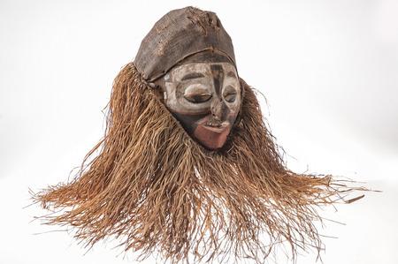 Fait à la main masque africain avec des cordes simulant les pouces humaines . visage isolé sur fond blanc. Banque d'images - 82164970