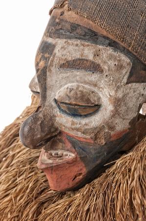 Masque africain fabriqué à la main avec des cordes simulant les cheveux. Visage humain. Isolé sur fond blanc Banque d'images - 82163279