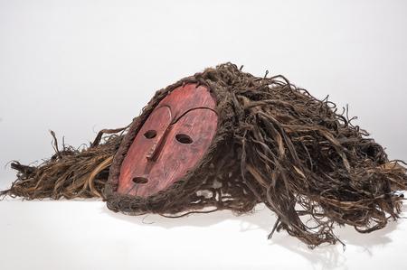 Maschera di legno africana, con capelli isolati su fondo bianco. Archivio Fotografico - 82164865