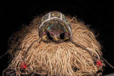 Fait à la main masque africain avec des cordes simulant les nerfs Banque d'images - 82163287