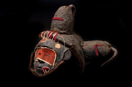 Maschera africana fatta a mano con corde che simulano i capelli. Volto umano. Isolato su sfondo nero.