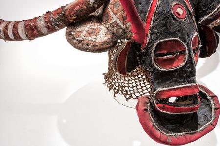 Maschera africana di stoffa, tradizionale, isolato su sfondo bianco. Archivio Fotografico - 82164892