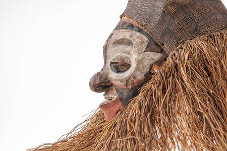 Fait à la main masque africain avec des cordes simulant les pouces humaines . visage isolé sur fond blanc. Banque d'images - 82163302