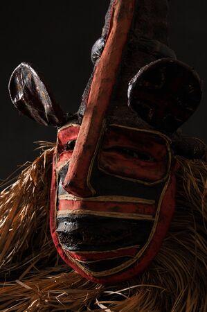 Fait à la main masque africain avec des cordes simulant les hommes. visage humain isolé. isolé sur fond noir Banque d'images - 83718233