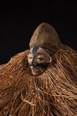 Fait à la main masque africain avec des cordes simulant les hommes. visage humain isolé. isolé sur fond noir Banque d'images - 83718226