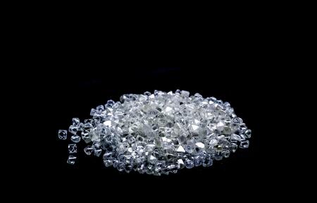 Diamants bruts isolés sur fond noir. Banque d'images