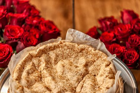 Portuguese traditional cake, sponge cake. on the wooden table with roses. Foto de archivo - 127926291