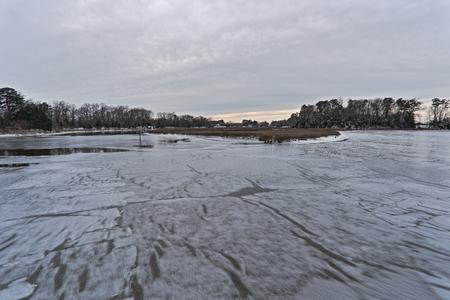 ベネッツ クリーク公園、サフォーク、VA で冬の間に雪と氷 写真素材