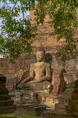 Old big Buddha statue in archaeological site Sukhothai, Thailand Imagens