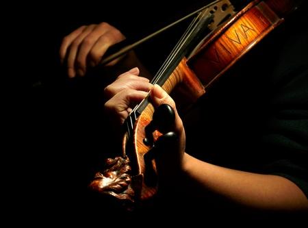 violist: Musicus viool te spelen geïsoleerd op zwart Stockfoto