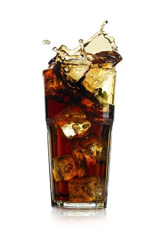 Plantschen Cola in Glas auf weißem Hintergrund
