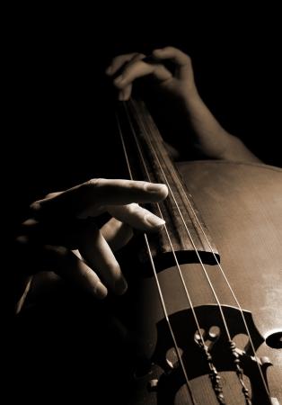 orquesta clasica: Músico que toca el contrabajo