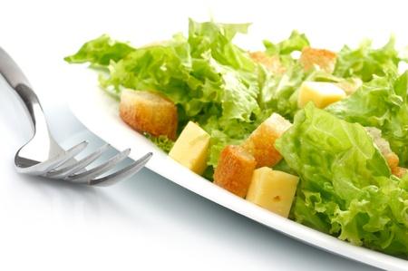 ensalada cesar: Close-up de la ensalada en un plato blanco