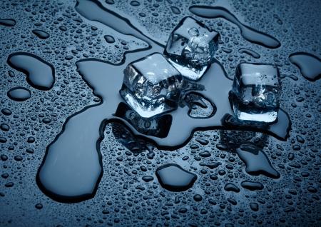 objetos cuadrados: Los cubitos de hielo sobre fondo oscuro