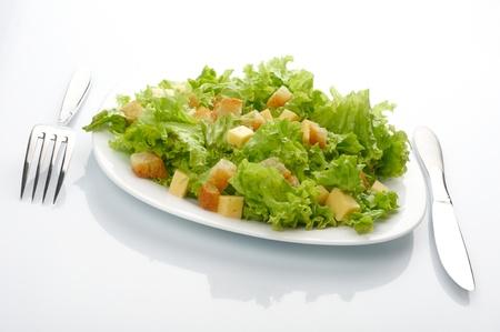 ensalada cesar: Primer plano de la ensalada en un plato blanco