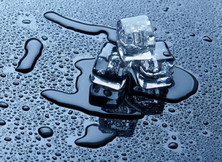 black block: Los cubitos de hielo sobre fondo oscuro