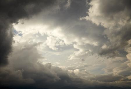 himmel mit wolken: Dunkle Gewitterwolken