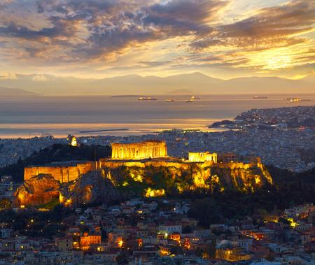 grecia antigua: Atenas, Grecia. Despu�s de la puesta del sol. Parten�n y construcci�n Herodi�n en Acropolis Hill