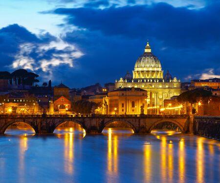 Petersdom in Rom, Italien. Nachtansicht nach Sonnenuntergang Standard-Bild