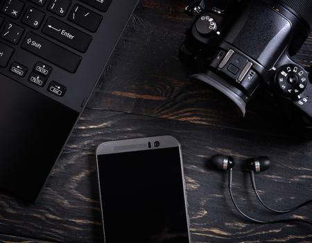 나무 배경에 노트북, 스마트 폰, 사진 카메라와 헤드셋 스톡 콘텐츠 - 46575571