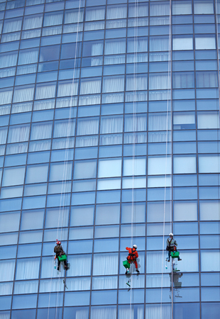 wipe: Group of workers cleaning windows at Singapore skyscraper