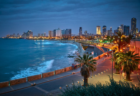 Bord de l'eau de Tel-Aviv. Vue de nuit de Jaffa.