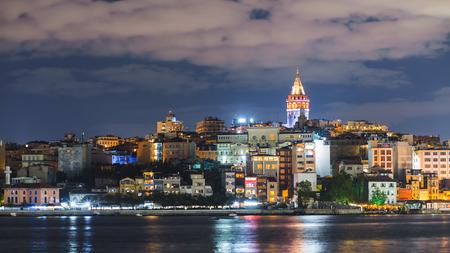 이스탄불 도시 갈라 타 타워와 부동 관광 보트에 보스 포 러스 밤