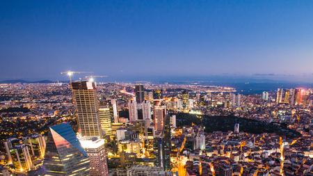 이스탄불 도시 풍경과 황금 경적 밤의 옥상보기 스톡 콘텐츠